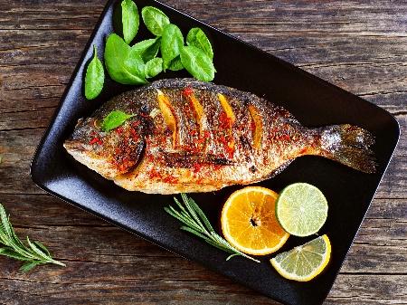 Печена ароматна риба ципура върху пергаментова хартия на фурна - снимка на рецептата